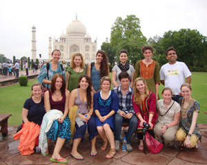 volunteers at taj mahal